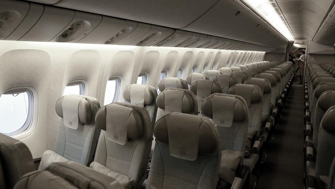 Una pasajera muere en pleno vuelo tras atragantarse con un trozo de carne