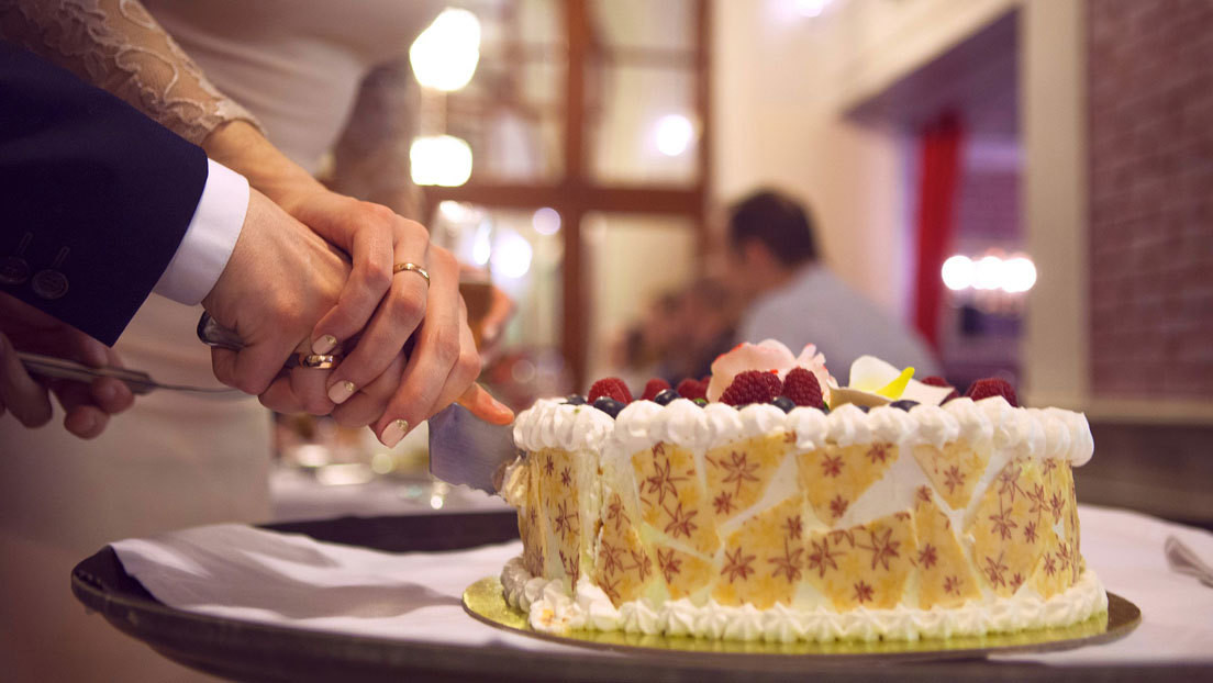 VIDEO: Una pareja de novios se 'agrede' con la torta de bodas y revoluciona TikTok