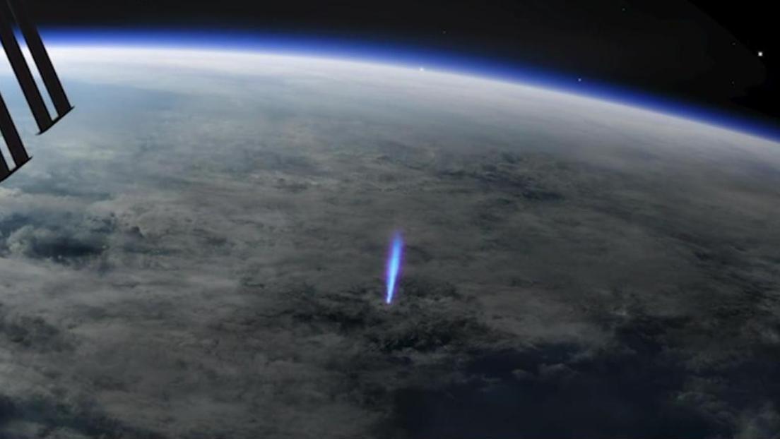 Detectan desde el espacio el origen de raros destellos azules en la atmósfera de la Tierra