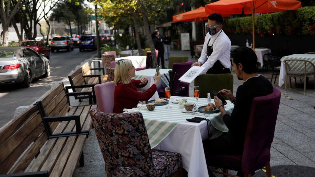 """""""La pandemia nos ha afectado en todo"""": ¿por qué se reabren los restaurantes en Ciudad de México en medio de la ola de hospitalizaciones?"""