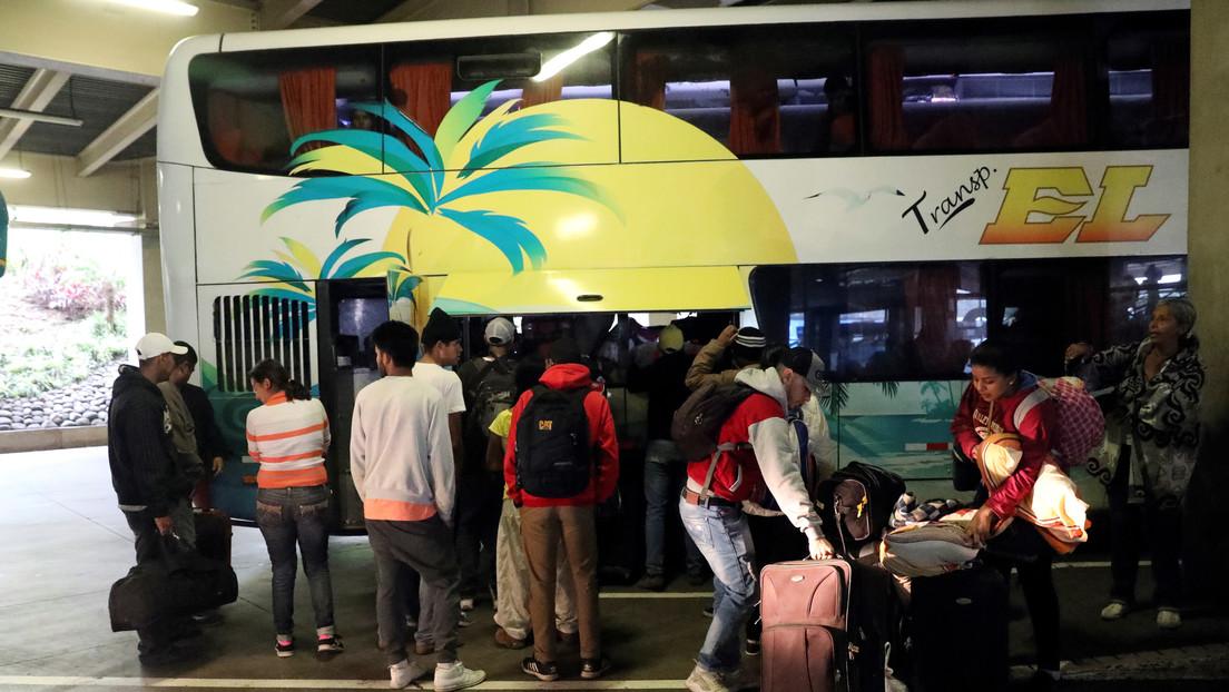 """""""Podría constituir el delito de tráfico"""": Investigan a agencias de viaje colombianas que ofrecen trasladar a venezolanos hasta Chile sin papeles"""