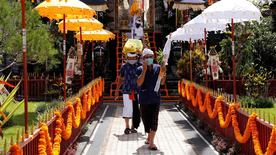 Autoridades de Bali castigan con flexiones a los turistas sin mascarilla (VIDEO)