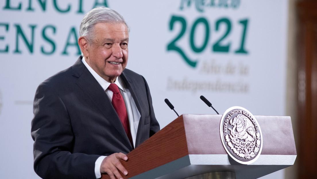 VIDEO: López Obrador muestra una gráfica sobre el muro fronterizo y salta a la vista un error de bulto