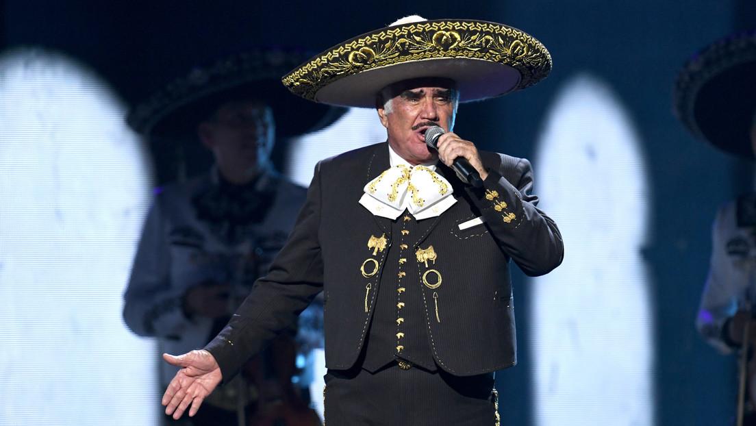"""""""Me sentí violentada"""": Oleada de críticas contra el cantante mexicano Vicente Fernández por tocar el pecho de una seguidora"""