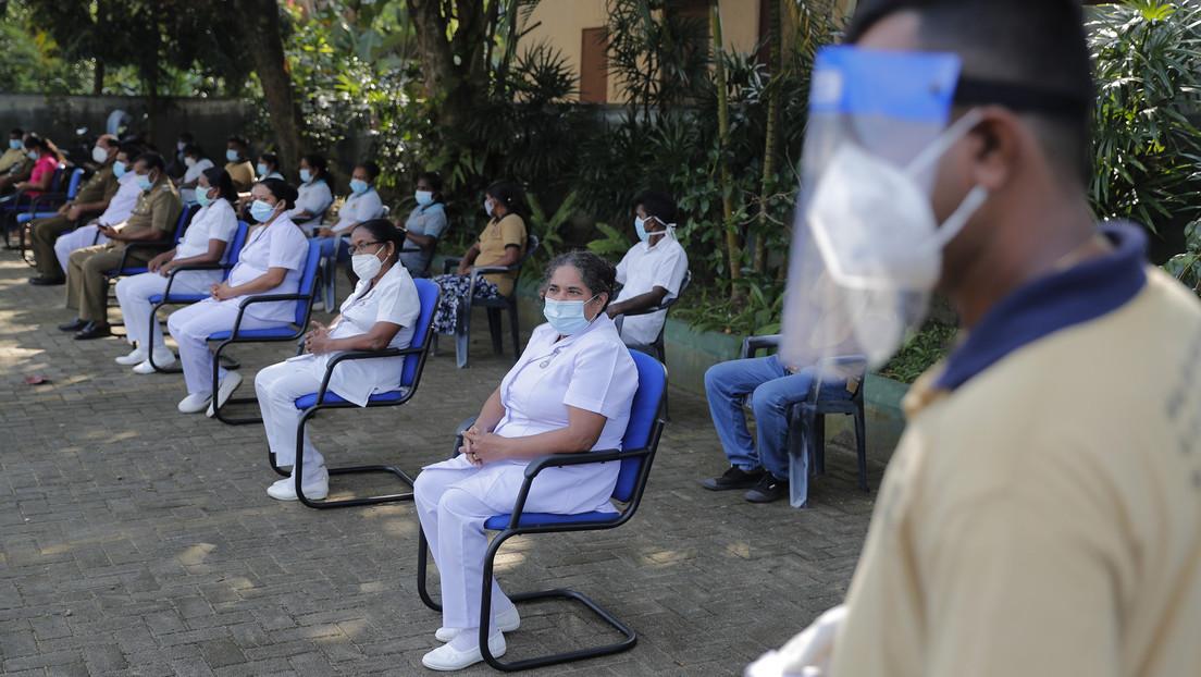 Ministra de Salud de Sri Lanka, que tomó una poción contra el coronavirus preparada por un hechicero, da positivo