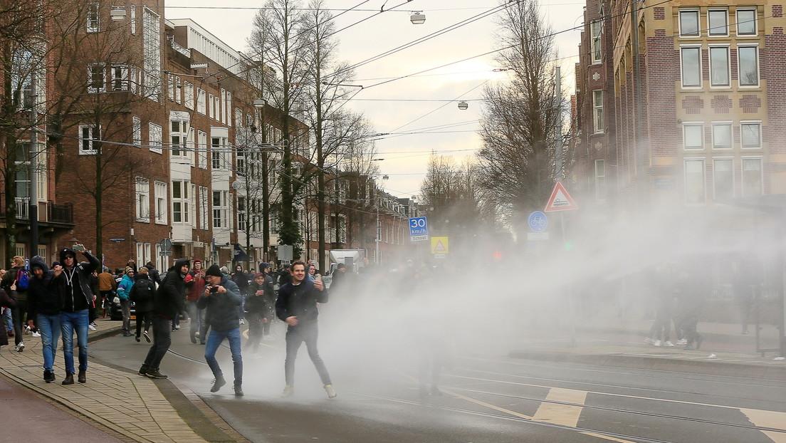 VIDEO: La Policía usa cañones de agua para dispersar una protesta en Países Bajos contra las restricciones anti-covid
