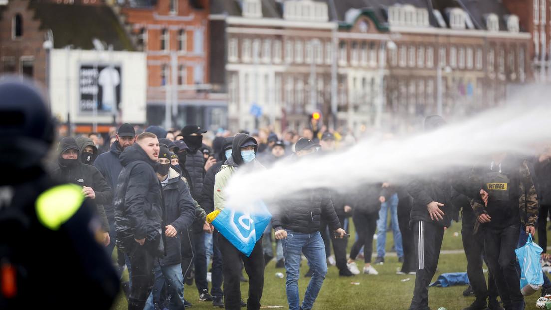 Una mujer acaba con la cabeza ensangrentada tras ser disparada por un cañón de agua en las  protestas contra el confinamiento en Países Bajos (VIDEO)