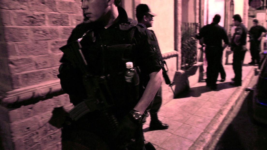 Un hombre agrede a varios policías tras negarse a suspender una fiesta en México (y por qué fue bautizado en redes como 'Lord Miss Zapatos')
