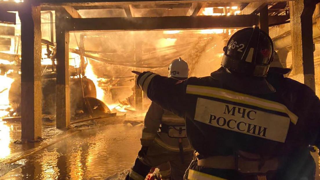 Cámaras de seguridad graban el momento de una fuerte explosión en una fábrica petroquímica en Rusia (VIDEO)