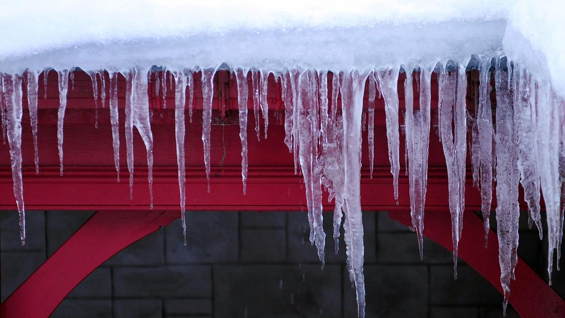 VIDEO: Se salva por segundos de ser golpeada por un enorme bloque de hielo que cae de un techo y continúa su camino como si nada