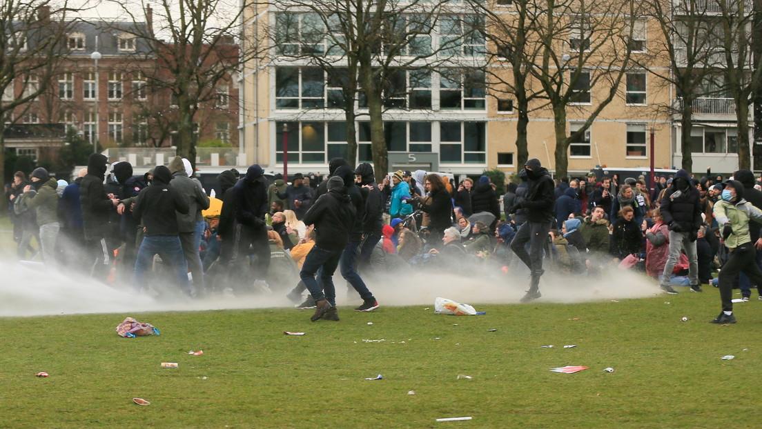 VIDEOS: Estallan violentos disturbios contra el toque de queda en Países Bajos por tercera noche consecutiva