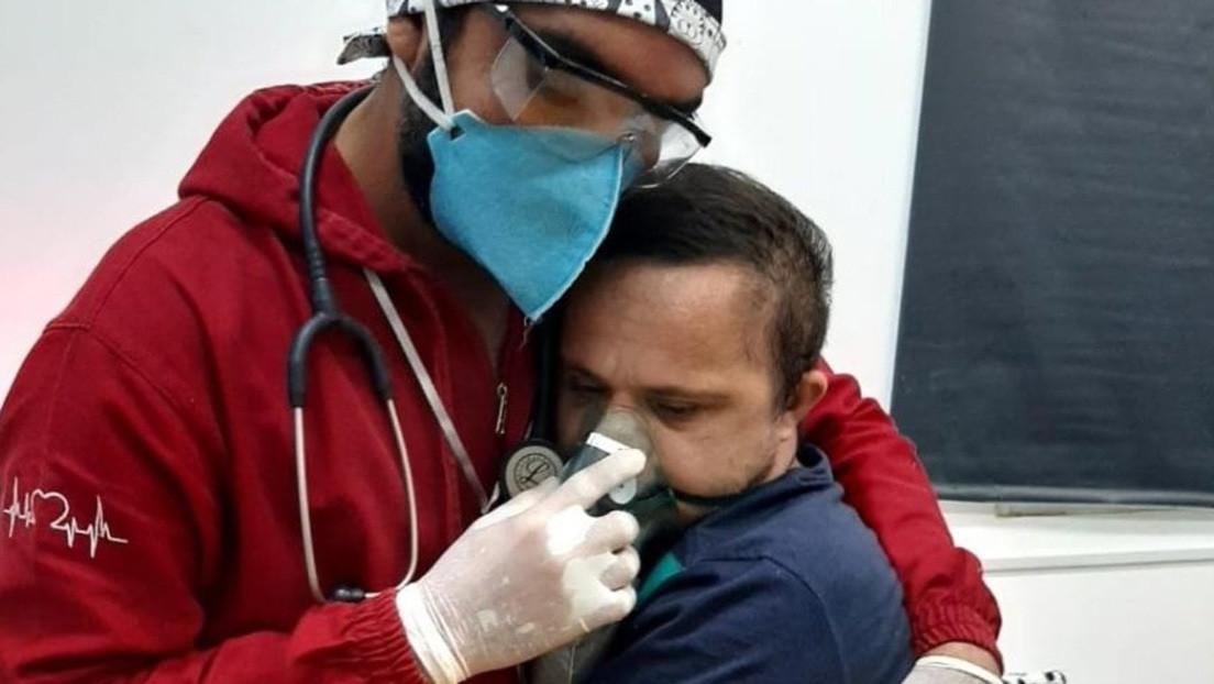 La conmovedora foto de un enfermero brasileño que se arriesga a contagiarse de covid-19 para abrazar y calmar a un paciente con síndrome de Down