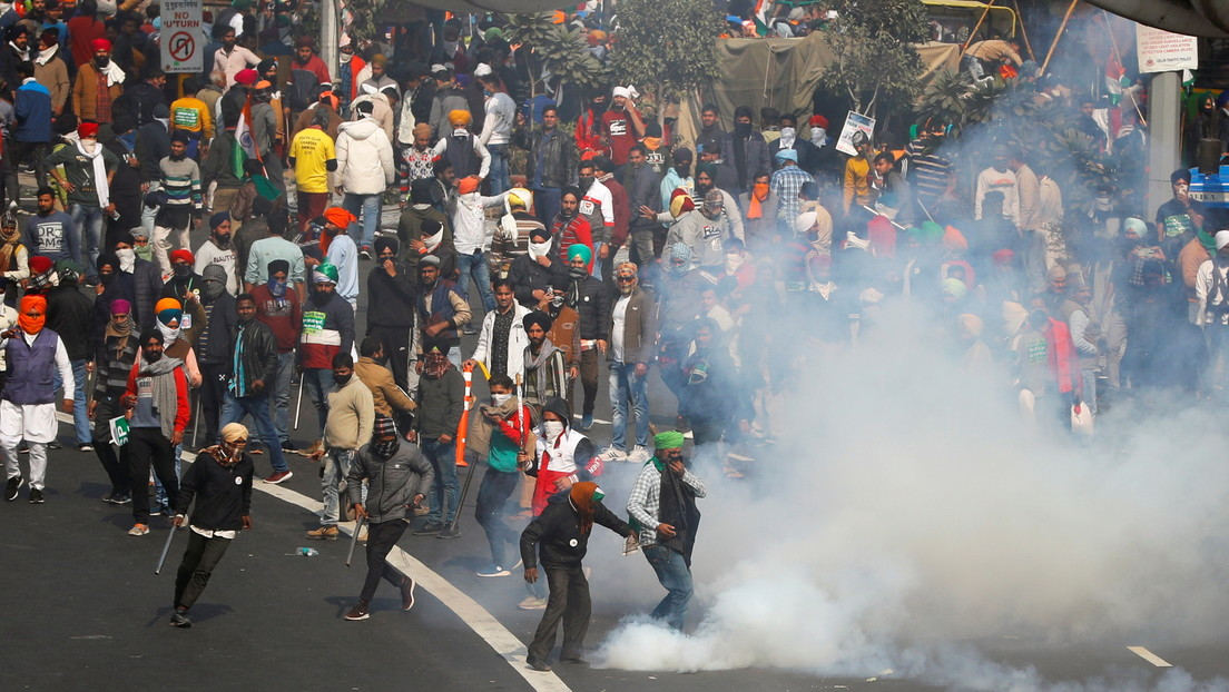 VIDEO: Policías acorralados por manifestantes saltan por un barranco en Nueva Delhi