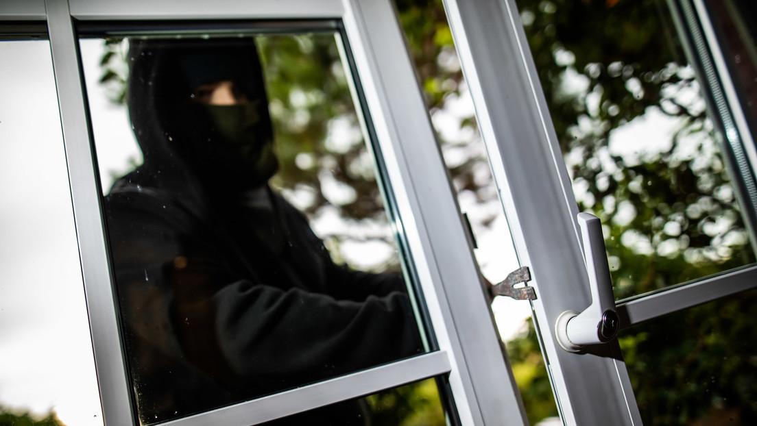 Un ladrón se dispara por accidente en una pierna intentando derribar la puerta de una casa (VIDEO)