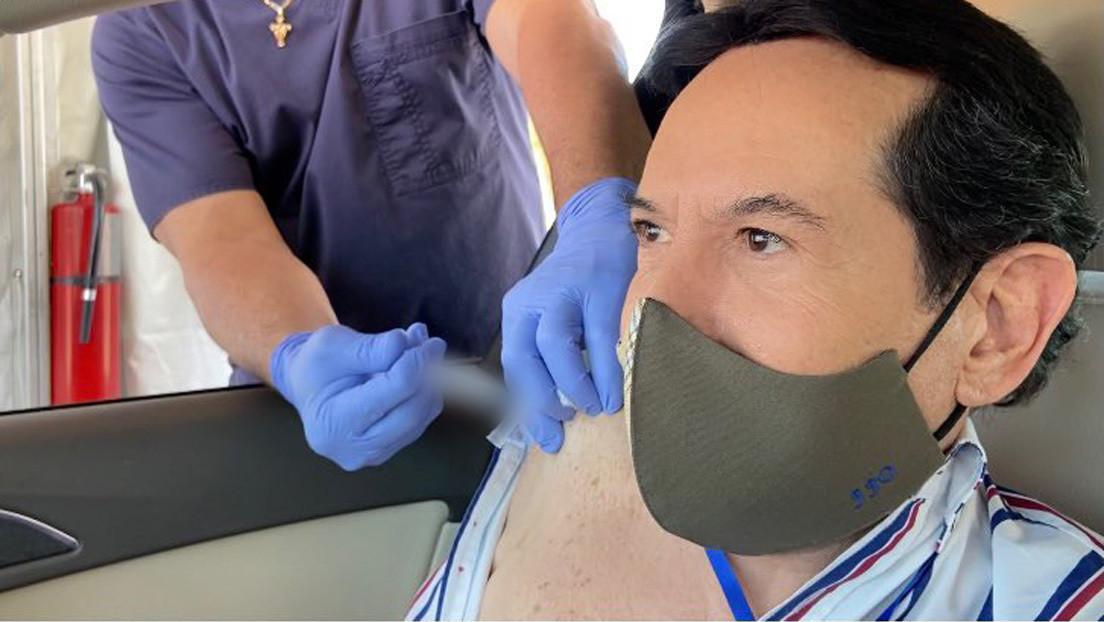 """Un popular presentador de México fue a Florida para vacunarse contra el covid-19 y tilda de """"gente envidiosa"""" a quienes lo critican"""