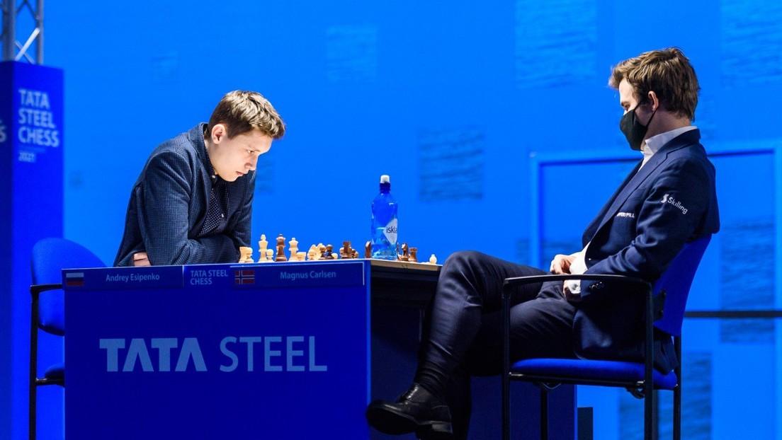 Un ruso de 18 años derrota al campeón mundial de ajedrez casi 8 años después de fotografiarse con él en un torneo