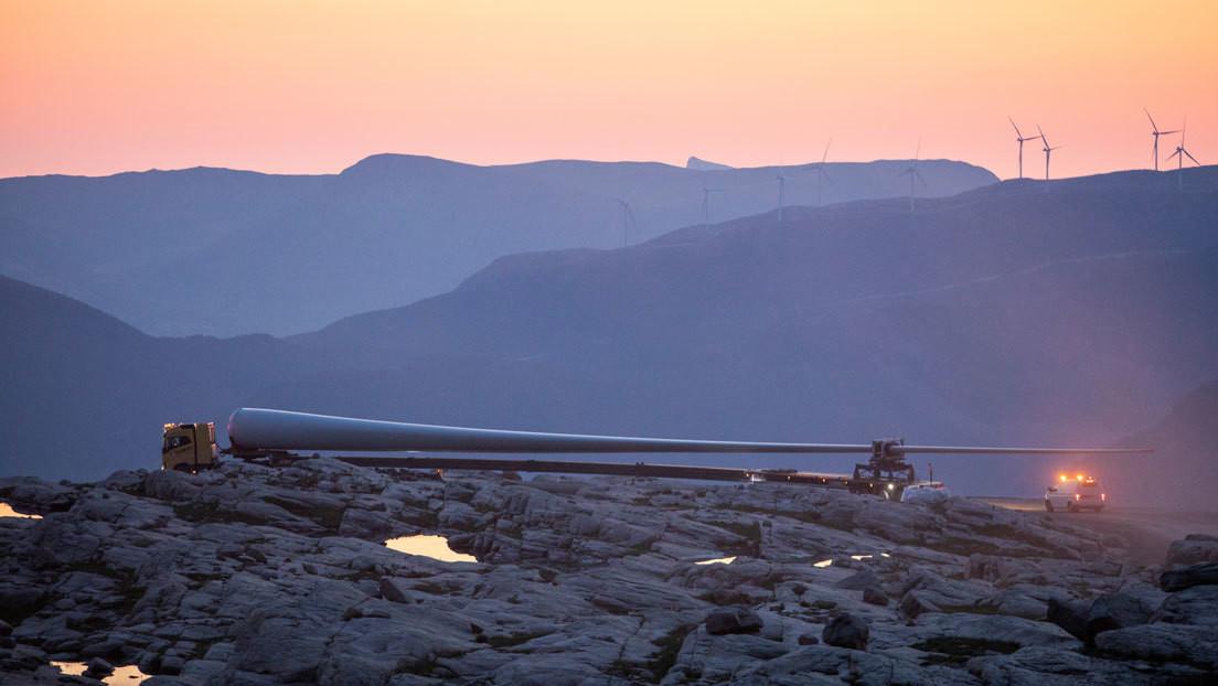 Increíble video de un camión llevando gigantescas paletas de una turbina de viento en las montañas en China