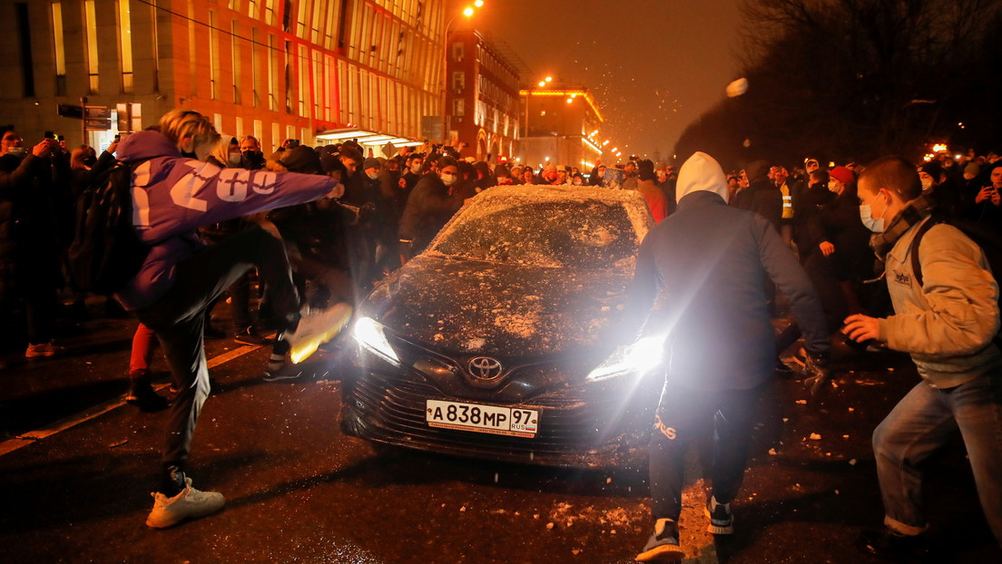 Detienen a un 'tiktoker' de 18 años por atacar un coche del FSB en una marcha no autorizada a favor de Navalny en Moscú