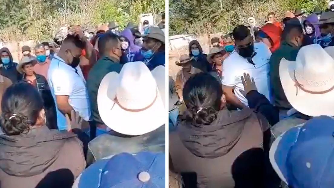 Vecinos de un municipio mexicano amenazan con ahorcar a su alcalde y solo lo sueltan cuando este llora (VIDEO)