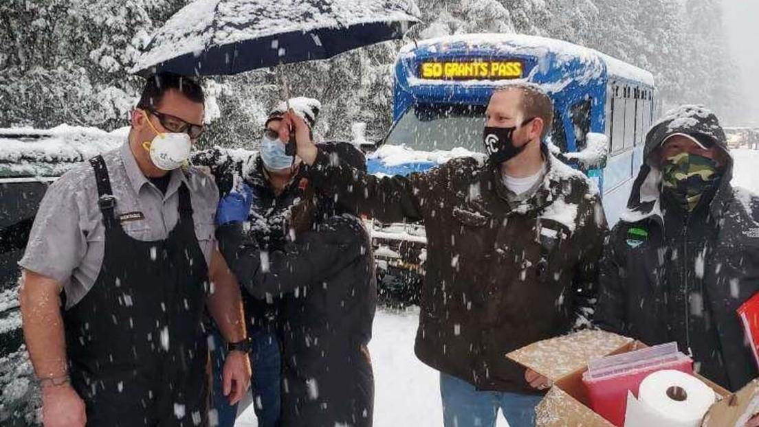 FOTOS: Médicos atrapados en una carretera nevada vacunan a otros conductores para no desaprovechar las dosis