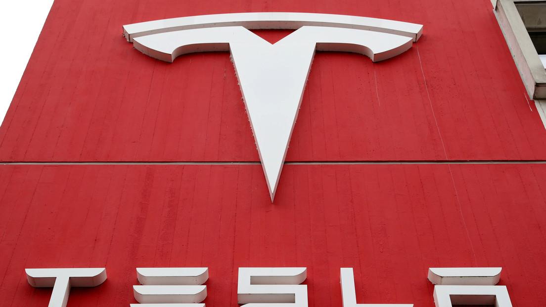 Tesla consigue beneficios anuales por primera vez desde su fundación hace 17 años pero sus acciones caen