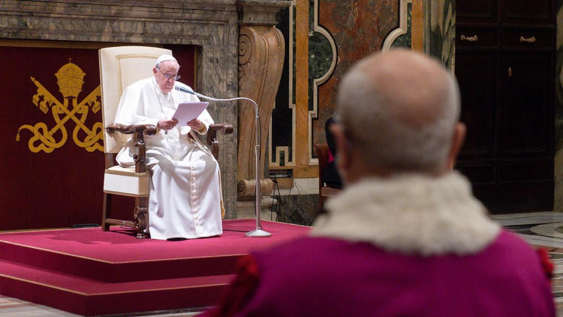"""El papa Francisco se disculpa por presidir una audiencia sentado y culpa a la """"molesta"""" ciática que sufre"""