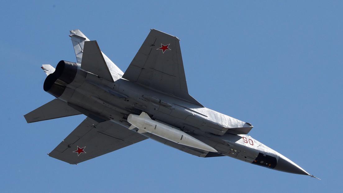 Un caza ruso MiG-31BM intercepta un avión de reconocimiento de Noruega sobre el mar de Barents