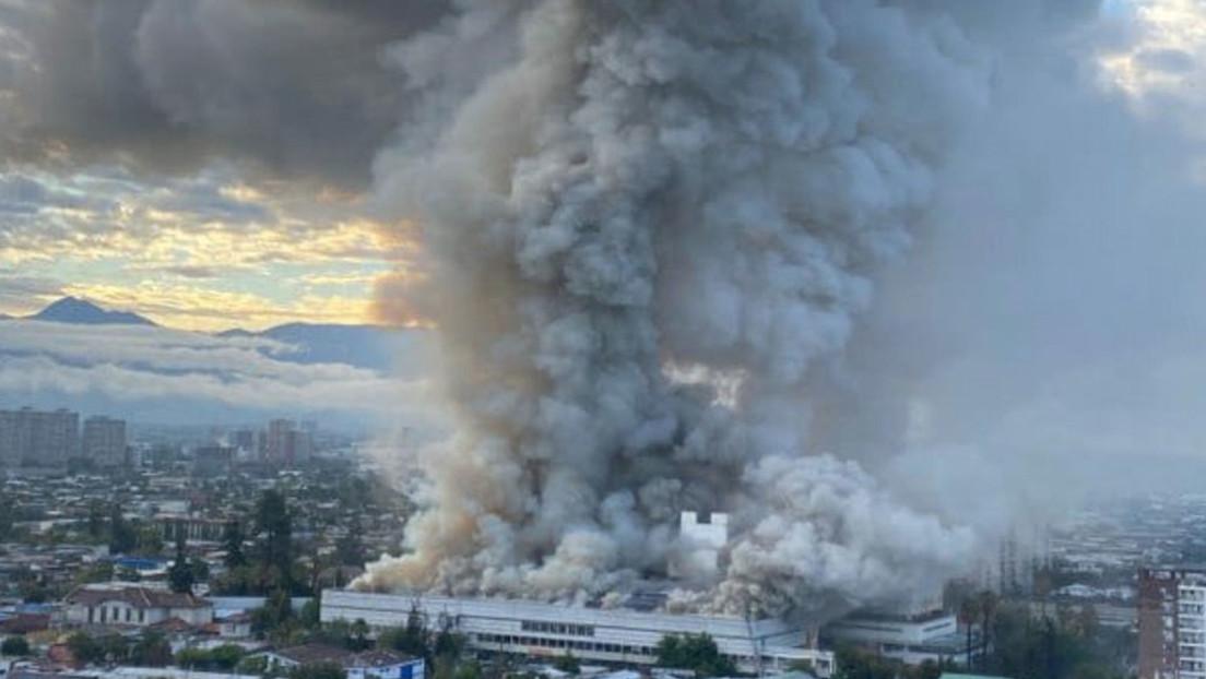 Reportan incendio de grandes proporciones en hospital San Borja Arriarán, de Chile