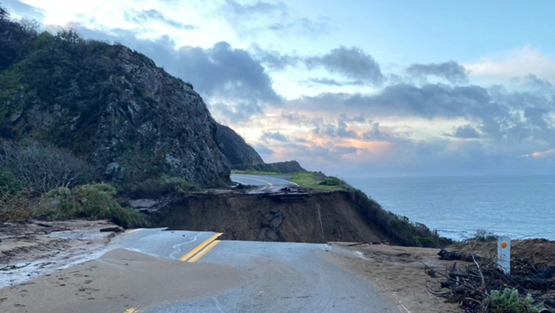 Una sección de una icónica carretera colapsa y cae al mar, arrasada por las tormentas invernales que azotan California (VIDEO)