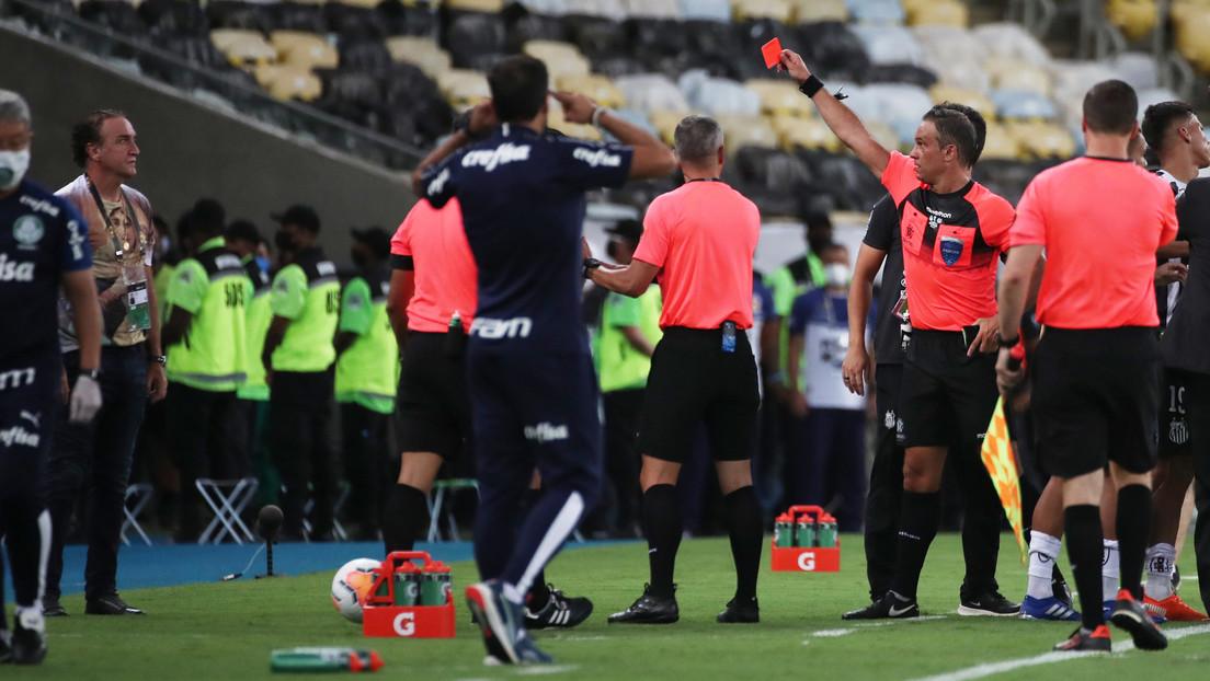 VIDEO: El técnico del Santos recibe una tarjeta roja en la final de la Copa Libertadores tras un altercado y termina con los hinchas en la grada