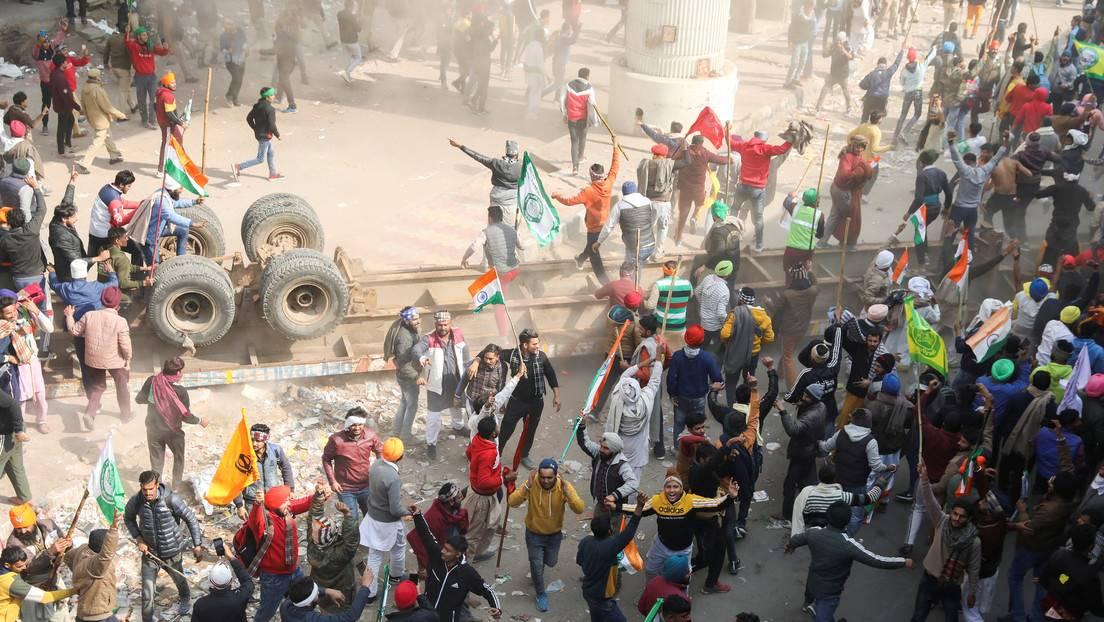 Miles de granjeros indios indignados con la reforma agrícola asedian Nueva  Delhi a pesar de los gases lacrimógenos y el bloqueo de Internet - RT