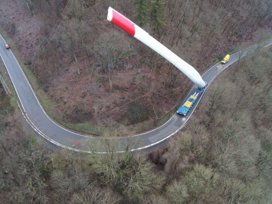 Sorprendentes imágenes de un camión llevando un enorme álabe de más de 60 m de un aerogenerador