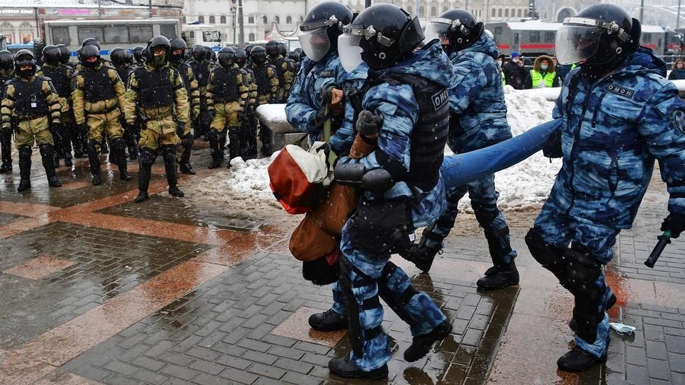 La detención de una persona durante una protesta en Moscú, Rusia, el 31 de enero de 2021