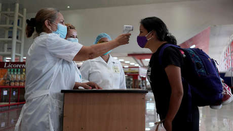 Cómo se suministra el Nasalferón, las gotas nasales que Cuba aplica a los viajeros para prevenir el covid-19