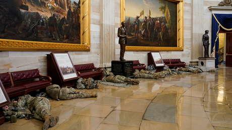 Decenas de miembros de la Guardia Nacional de EE.UU. son captados durmiendo en el suelo de los pasillos del Capitolio (FOTOS)