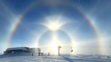 FOTOS:  Esquiadores suecos se ven sorprendidos por un raro e impresionante halo solar