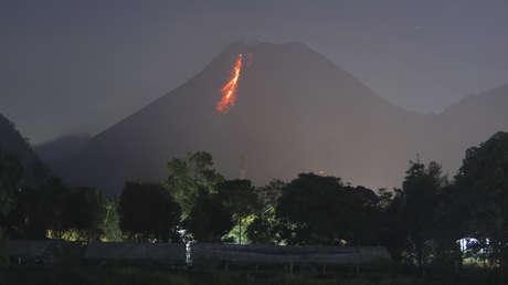 VIDEOS: El volcán más activo de Indonesia entra en erupción y arroja un río de lava y nubes de gas