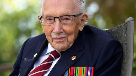 El centenario veterano británico de la II Guerra Mundial que recaudó millones de dólares para los sanitarios es hospitalizado con covid-19