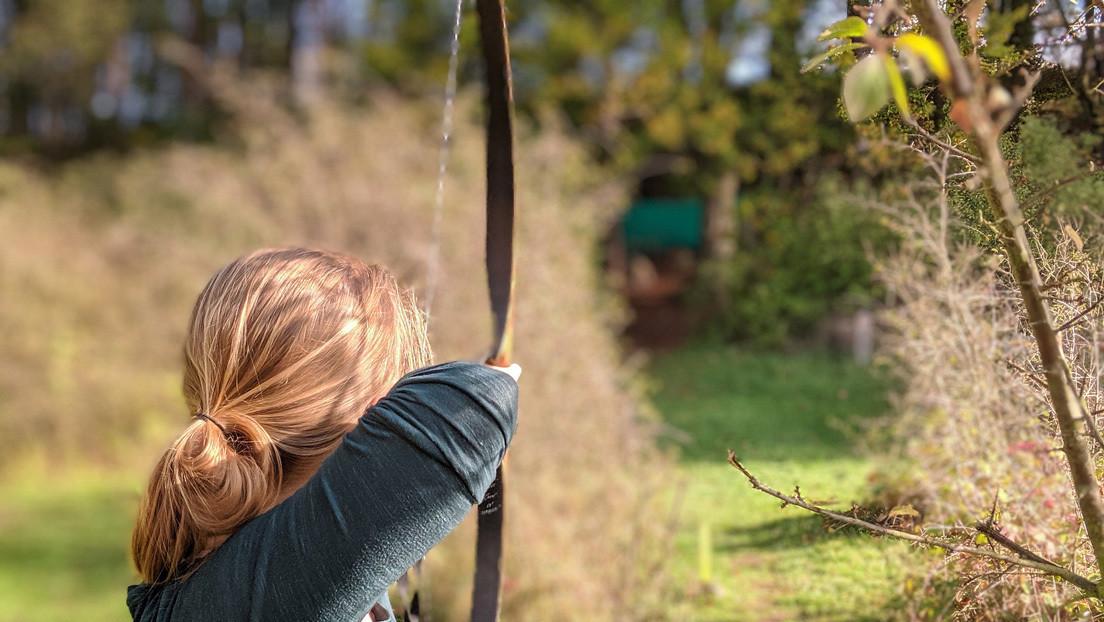 VIDEO: Madre con su bebé a la espalda caza con arco un jabalí