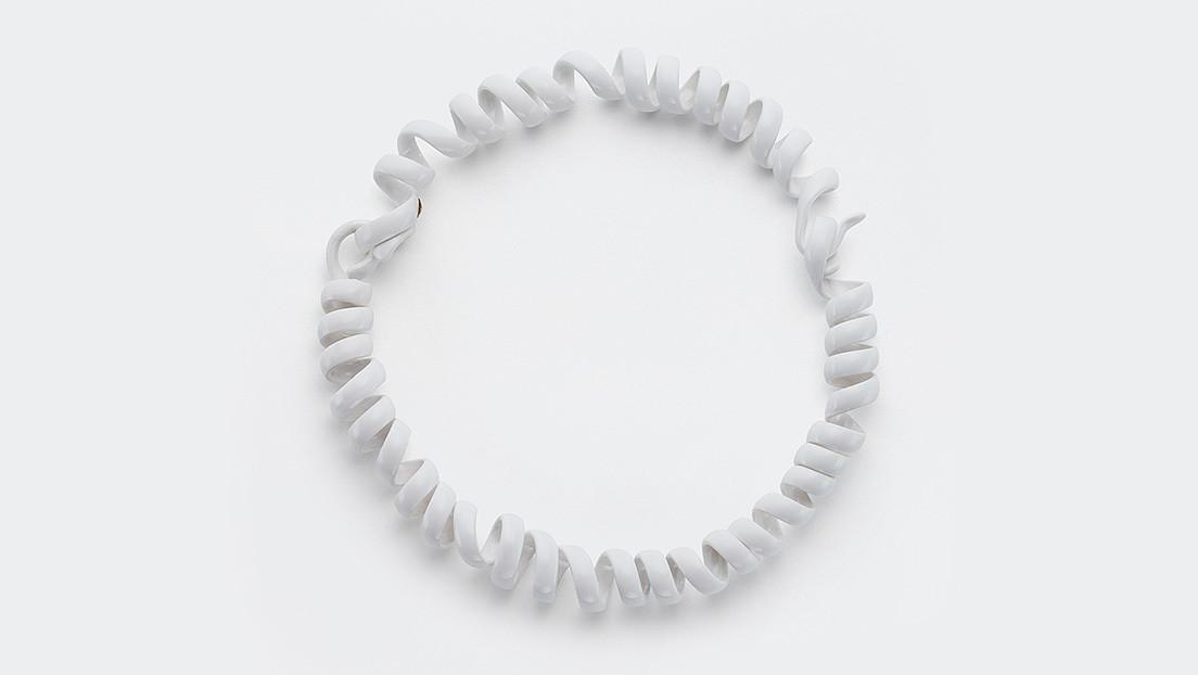 Una casa de modas italiana vende un collar parecido a un cable telefónico por más de 2.000 dólares (y la Red estalla)