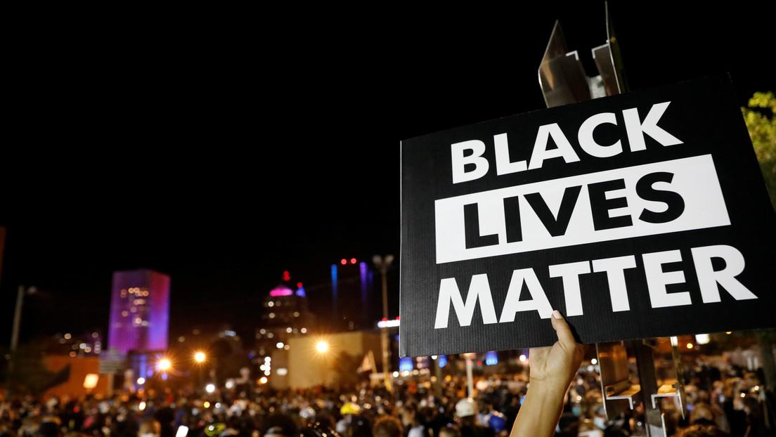 EE.UU.: Dimite un jefe de la Policía y despiden a otro agente por insultos racistas evidenciados por su cámara corporal