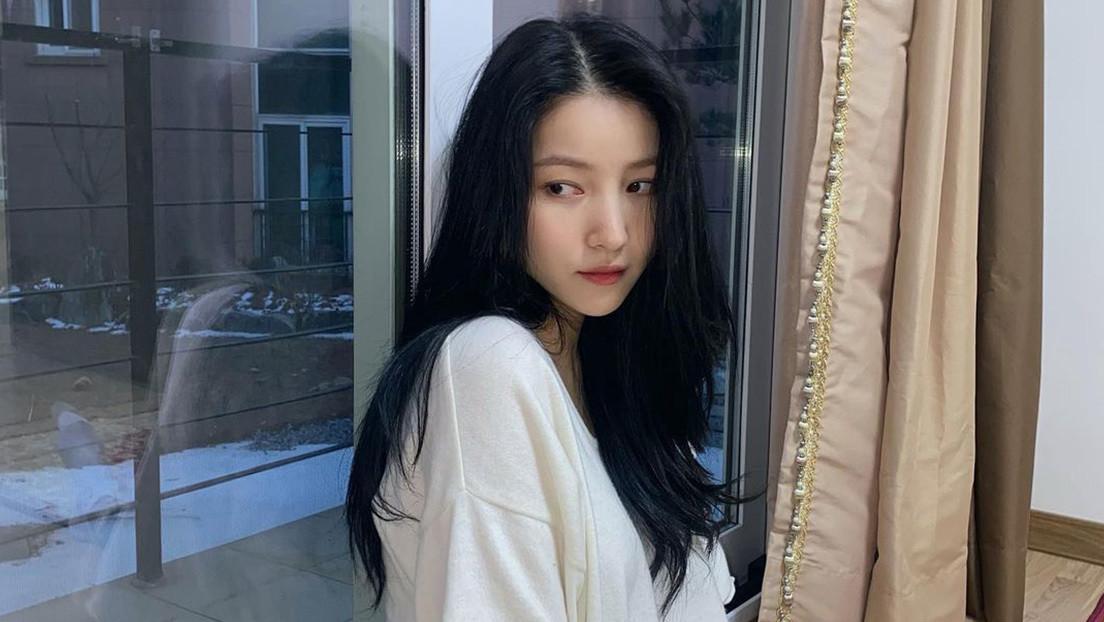 Una estrella de K-pop se disculpa tras fotografiarse junto a un maniquí nazi