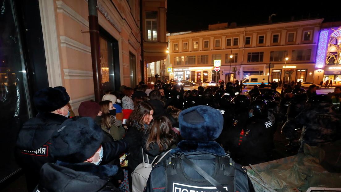 La policía antidisturbios dispersa protestas por la sentencia de Navalny en Moscú (VIDEO)