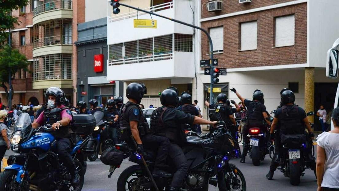 Detienen a 7 personas que protestaban ante la embajada paraguaya en Buenos Aires para pedir justicia por la muerte de dos niñas a manos del Ejército