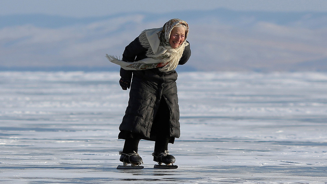 VIDEO, FOTOS: La abuela rusa 'Baba Liuba' se pasea por el hielo del Baikal en patines de fabricación casera