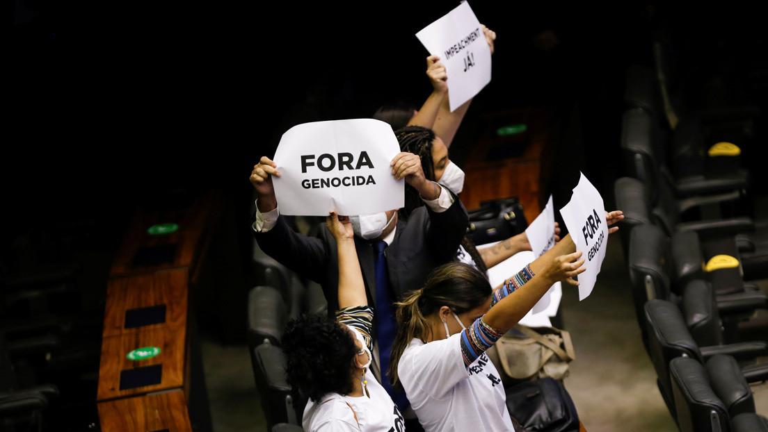 """""""Fascista"""" y """"genocida"""": los gritos y carteles que recibieron a Bolsonaro al inaugurar el año legislativo en Brasil"""