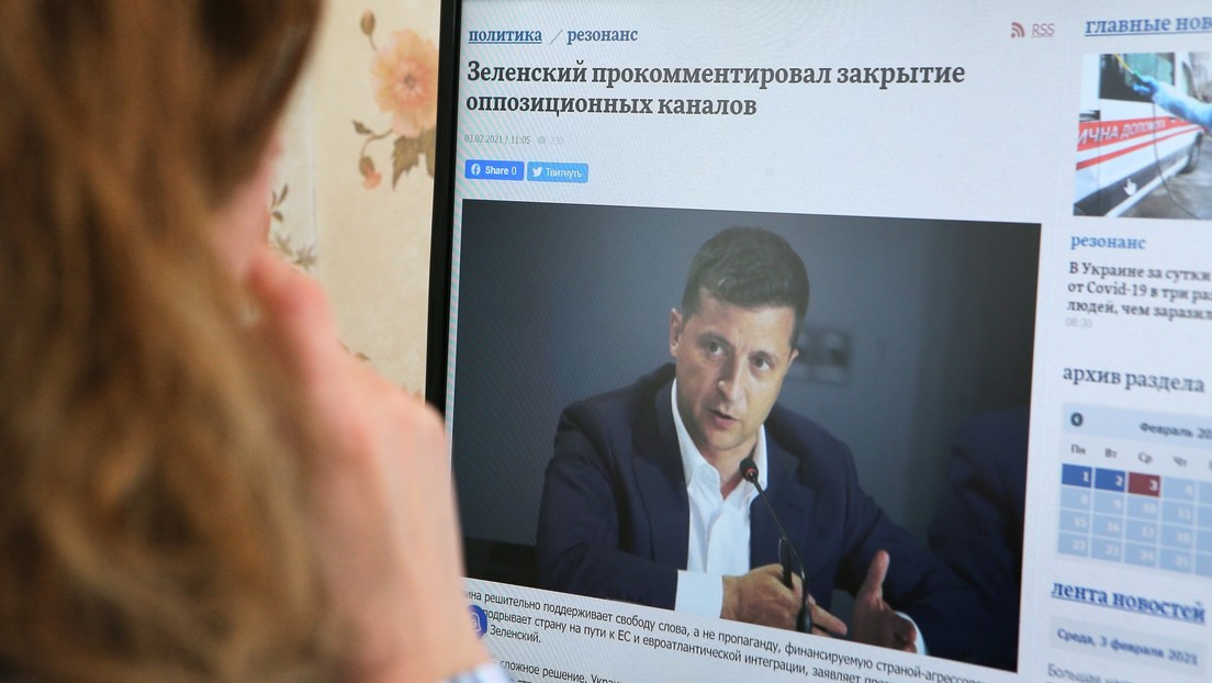 Cómo el presidente de Ucrania cerró tres importantes canales de oposición y Occidente 'se olvidó' de defender la libertad de expresión