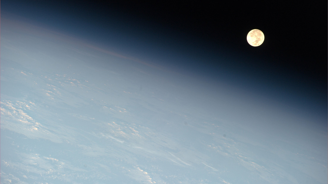 """VIDEO: Captan desde la EEI el momento en que la puesta de Luna la hace ver """"plana"""""""