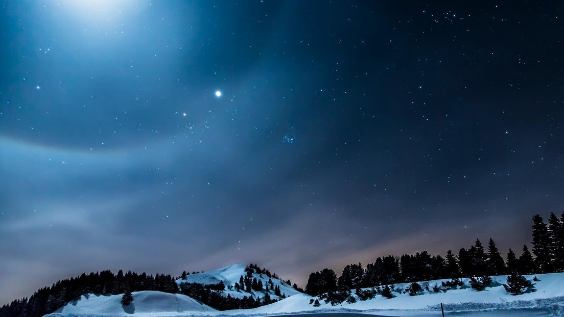 FOTO:  Una hilera de luces en el cielo nocturno confunde a la población de una ciudad británica