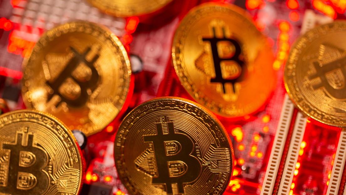 Incautan a un estafador casi 60 millones de dólares en bitcoines (pero no consiguen que diga la contraseña)